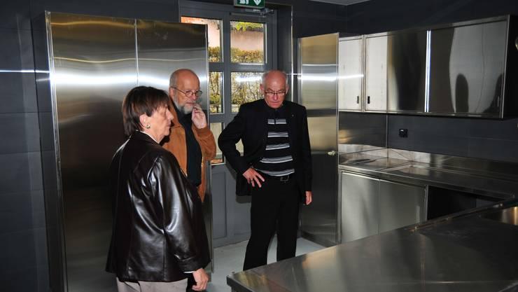 Rundgang: Architekt Othmar Brem (links) zeigt Vreni Meuwly und Hans Gysel (Präsident der Sanierungskommission) die neue Küche. (dno)