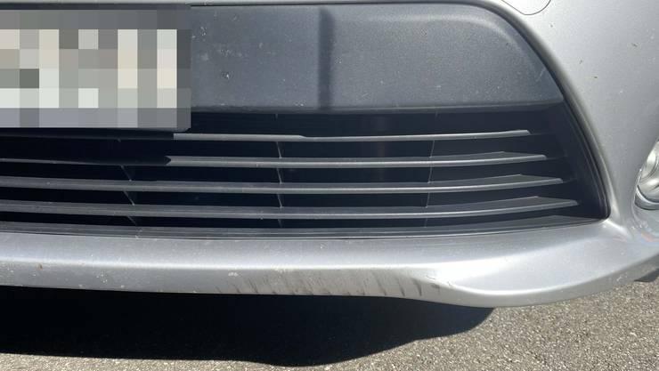 Die Spuren der Kollision mit einer Velofahrerin sind am Auto zu sehen.