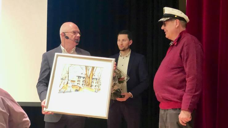 Gemeindepräsident Simon Wirth überreichte Jürg Engeli zum Abschied ein Bild.
