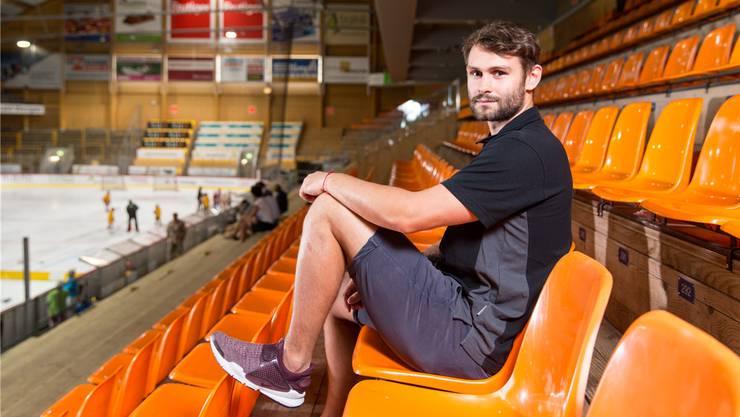 Ivars Punnenovs posiert im Stadion seiner SCL Tigers. Seinen Vertrag im Emmental hat der 24-jährige Lette ohne Rücksicht auf andere Möglichkeiten vorzeitig verlängert.