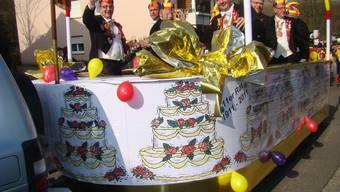 Gut gelaunt im Jubiläumsschiff am Fasnachtsumzug präsentieren sich die Mitglieder des Elferrats aus der minderen Stadt Laufenburg.