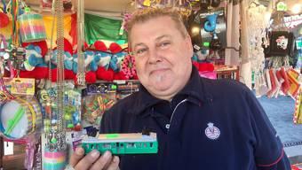 Schausteller Freddy Künzler mit einem Basler Spielzeug-Drämmli.