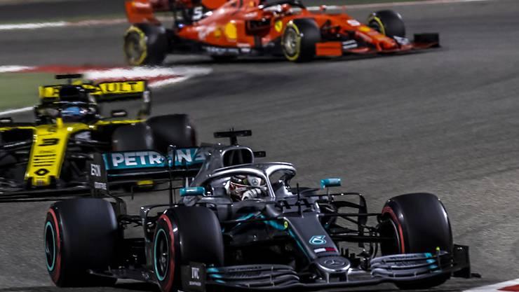 Weltmeister Lewis Hamilton (vorne) im Mercedes kann sich in Bahrain über seinen 74. GP-Sieg freuen