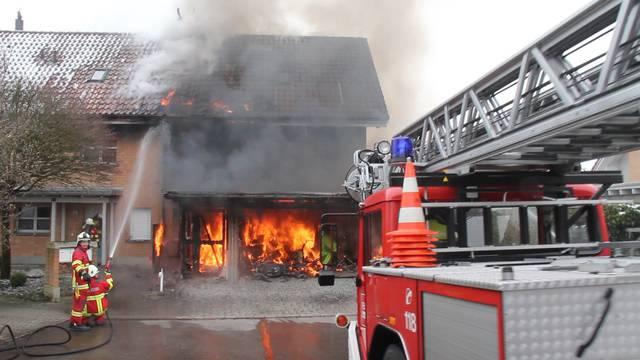 Brennendes Reihenhaus in Hermetschwil: Flammen griffen von der Garage auf das Wohnhaus über