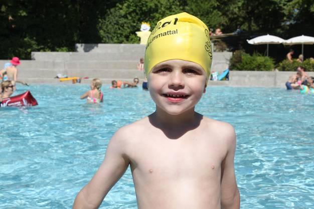 Unter den jüngsten Wasserratten, die das Abzeichen Krebs noch vor sich haben, ist der fünfjährige Lionel aus Geroldswil. Ob Tauchen, freies Schwimmen oder Spielen, ihm gefällt alles. Von der Bewegung im Wasser hat er aber auch nach dem Kurs noch lange nicht genug. So dreht er auf dem Schwimmring weiter seine Runden und sieht der nächsten Gruppe zu.