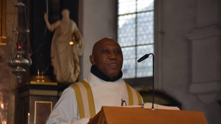 Monsignore Obiora Ike war Gast in der Stadtkirche Baden, wo er von Domherr Josef Stübi herzlich begrüsst wurde