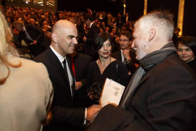 Magistraler Handshake zwischen Bundesrat Alain Berset und Regierungsrat Peter Gomm