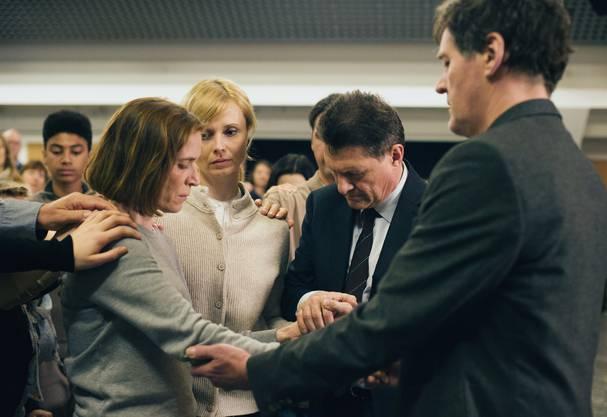 DieGlaubensgemeinschaft ist für Ruth (Judith Hofmann) eine Stütze, aber zugleich fühlt sie sich darin gefangen.