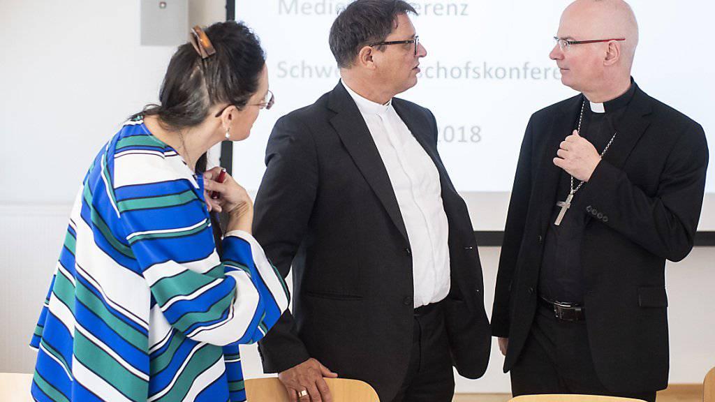 Charles Morerod, Präsident SBK, rechts, spricht mit Vizepräsident Felix Gmür an einer Medienkonferenz über die sexuellen Übergriffe im kirchlichen Umfeld, aufgenommen am Mittwoch, 5. September 2018 in St. Gallen.
