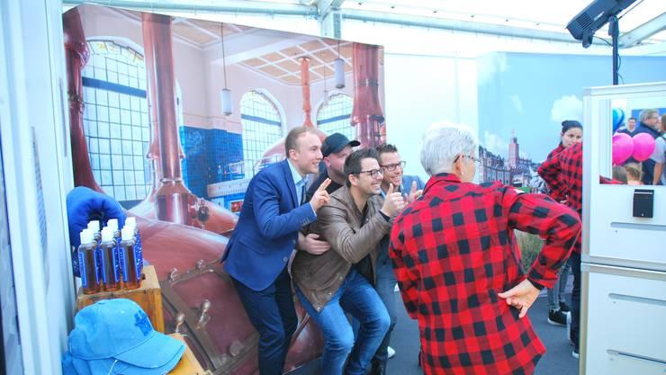 Daumen hoch für die Expo in Rheinfelden. Besucher amüsieren sich an einem Stand.
