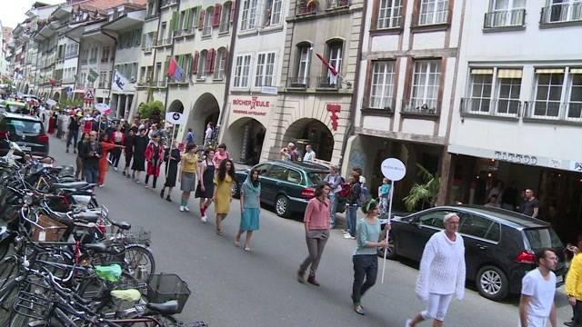 Modeshow auf den Pflastersteinen der Berner Altstadt