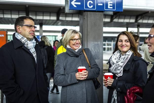 Matthias Jauslin mit Frau und Tochter am Bahnhof in Aarau.