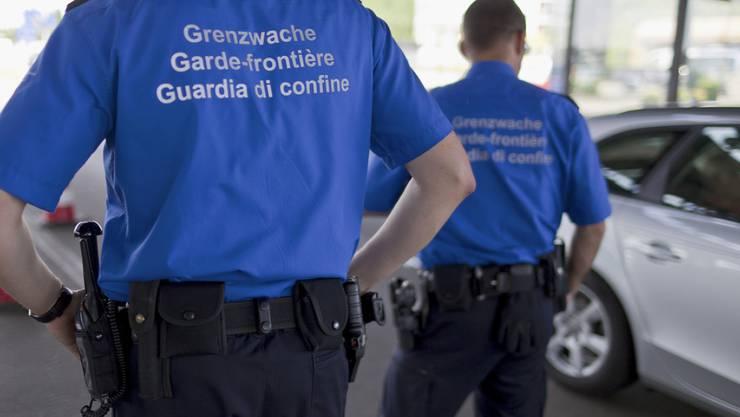 Schweizer Grenzwächter in Basel an der Grenze zwischen der Schweiz und Deutschland. Deutschlands Innenminister de Maizière zufolge zeigen die verstärkten Grenzkontrollen Wirkung (Archiv)
