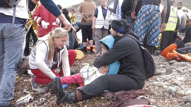 Am Strand werden die Flüchtlinge betreut