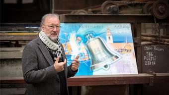Der Künstler Martin Eberhard stellte an der Vernissage die Aarauer Briefmarke vor.