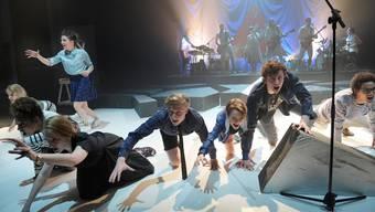 Tanzende jugendliche Laien in der Deutschen Oper in Berlin, im Hintergrund die Schweizer Band The bianca Story. Thomas Aurin