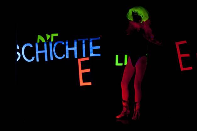 Schüler der HPS Zetzwil führen in Gränichen ein Schwarzlichttheater vor