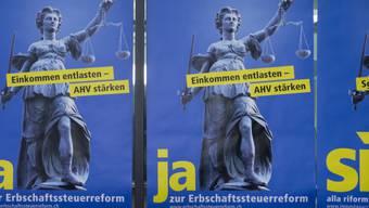 Plakate werben für ein Ja zur Erbschaftssteuerreform.