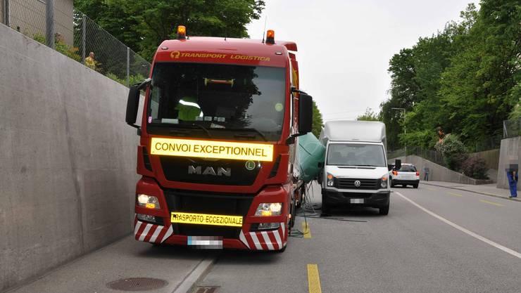 Der Lastwagen mit Littauischem Kennzeichen auf der Nord-Südstrasse in Zuchwil.