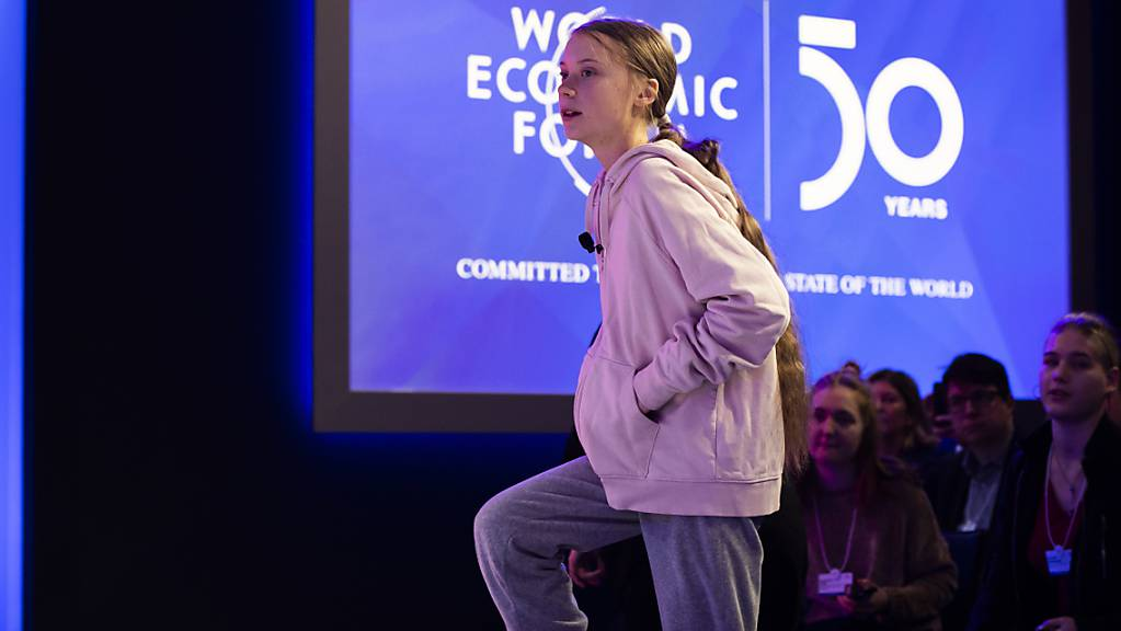 Greta Thunberg betritt die Bühne am WEF.