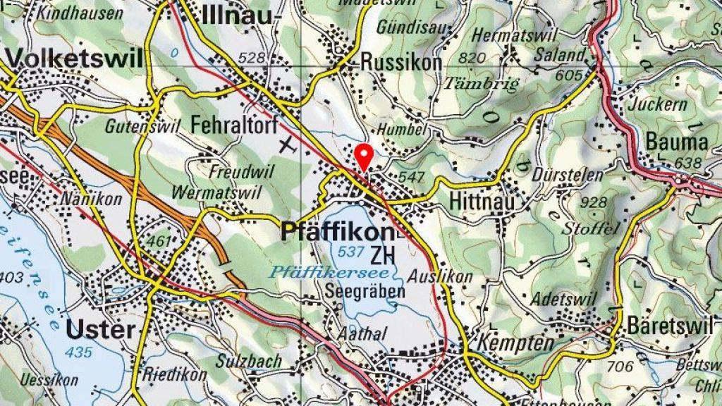 Drei Jugendliche haben im Keller eines Einfamlienhauses im Bezirk Pfäffikon ZH mit Waffen hantiert. Dabei wurde ein 15-Jähriger schwer verletzt. (Bild: Swisstopo)