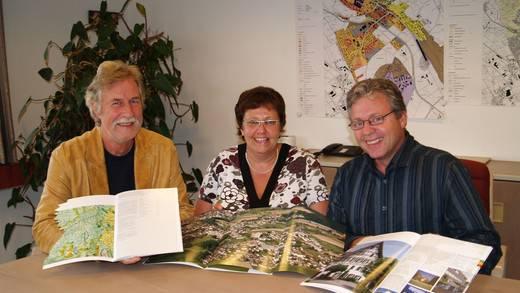 Werber Ruedi Kolb und die Gemeinderäte Heidi Hegglin und Franz Lötscher mit der neuen Broschüre