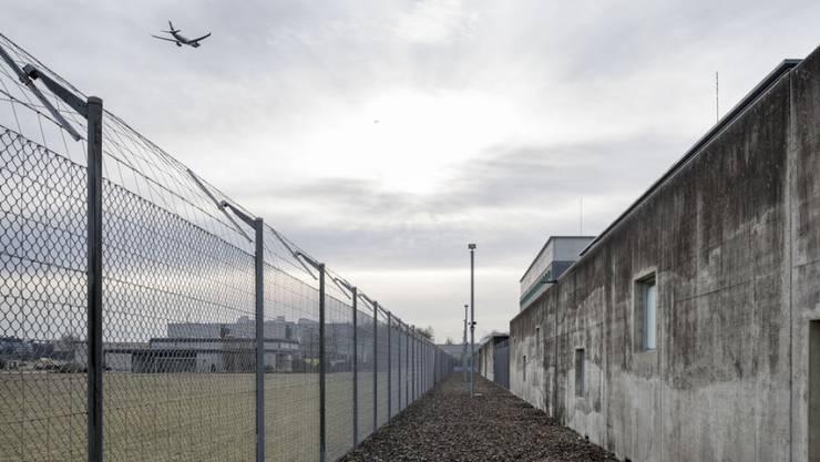 Die medizinische Begleitung von Zwangsausschaffungen bleibt eine heikle Aufgabe: Im Bild das Flughafengefängnis in Kloten ZH. (Archiv)