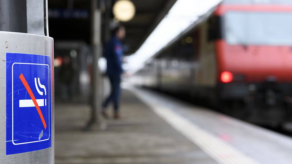 Die Perrons von Schweizer Bahnhöfen werden ab Juni Schritt für Schritt rauchfrei. Gequalmt werden darf künftig nur noch in signalisierten Zonen. (Themenbild)