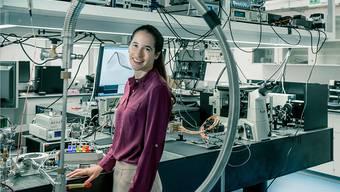 ETH-Professorin Vanessa Wood erforscht, wie sich die elektrischen und optischen Eigenschaften von Nanomaterialien verbessern lassen. Dabei geht es auch darum, Lebensdauer und Ladegeschwindigkeit künftiger Batterien zu verbessern.