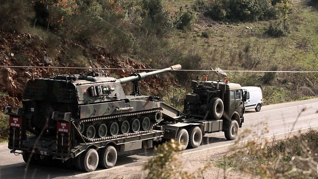 Transport eines türkischen Panzers unterwegs zur syrischen Grenze (Archiv)