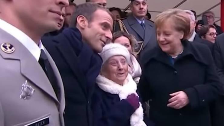 Eine ältere Dame hält Angela Merkel für Macrons Ehefrau – Merkel klärt die Frau auf.