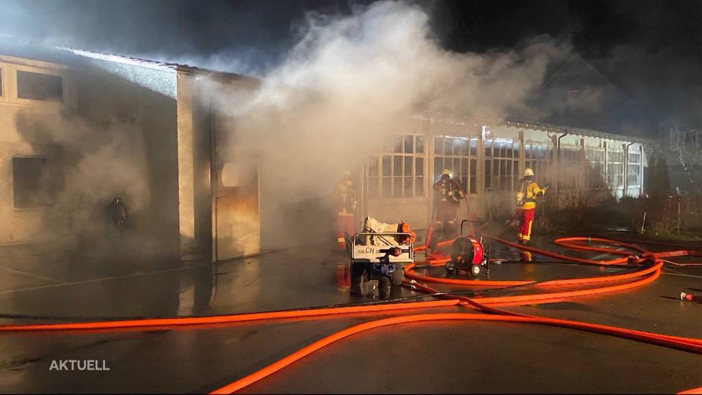 Eingestellte Gegenstände verbrennen bei Lagerhausbrand in Bremgarten