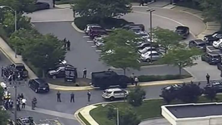 """Fernsehbilder zeigen den Polizeieinsatz vor dem Gebäude der """"Capital Gazette"""" in Annapolis."""