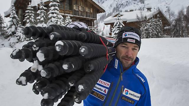 Steve Locher schultert die Slalomstangen.