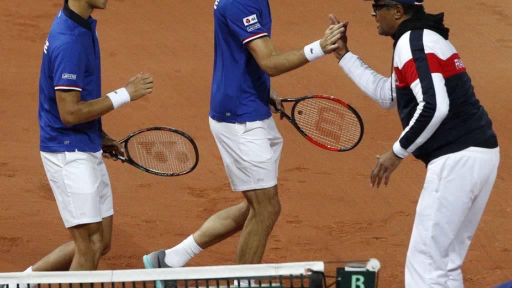 Frankreichs Davis-Cup-Captain Yannick Noah freut sich mit dem französischen Doppel über die Führung gegen Serbien