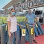 Die beiden Bauhaus-Manager Daniela Maslic und Peter Heussi mit einem von rund 70000 Artikeln – im neuen Fachmarkt in Oftringen gilt noch Maskenpflicht.