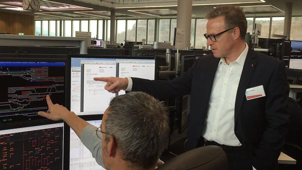 SBB-CEO Andreas Meyer lässt sich von einem Spezialisten die Arbeit in der Betriebszentrale Mitte in Olten erklären.