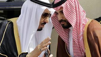 König Salman (links) und sein Sohn, der Vize-Kronprinz. Hinter einem Programm zum Umbau der saudiarabischen Wirtschaft steckt der 30-jährige Mohammed bin Salman. (Archivbild)