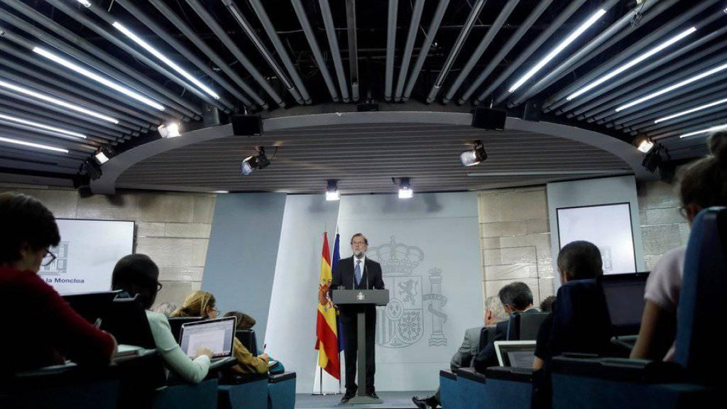 Ministerpräsident Mariano Rajoy spricht am Freitagabend nach der Ministerratssitzung vor den Medien.