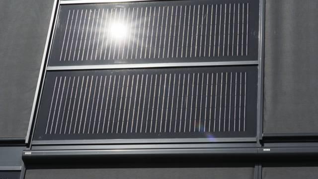 Solarzellen an einer Industriegebäudefassade (Archiv)