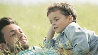 Reden bringts: Kinder von Eltern, die viel mit ihnen redent, haben Vorteile.