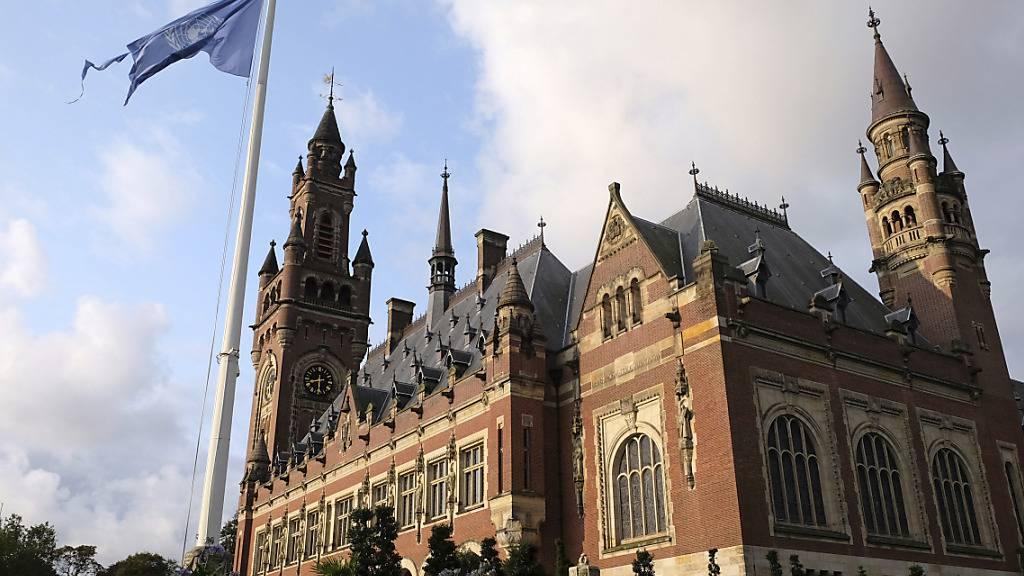 ARCHIV - Die Flagge der Vereinten Nationen weht im Wind vor dem Internationalen Gerichtshof in Den Haag. Foto: Mike Corder/AP/dpa