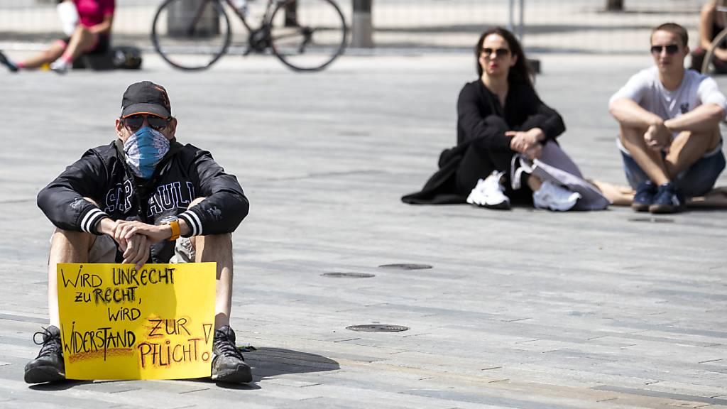 Erneuter Corona-Protest auf dem Zürcher Sechseläutenplatz