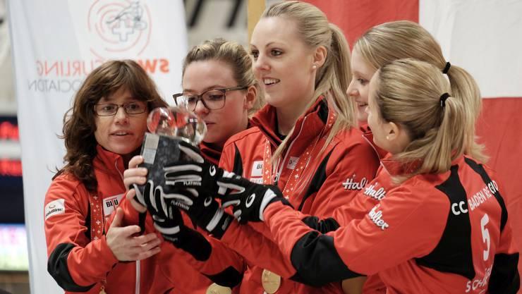 Zusammen mit Coach Miriam Ott feiern Skip Alina Pätz, Nadine Lehmann, Marisa Winkelhausen und Nicole Schwägli (von links) den Schweizermeistertitel im Curling der Damen.