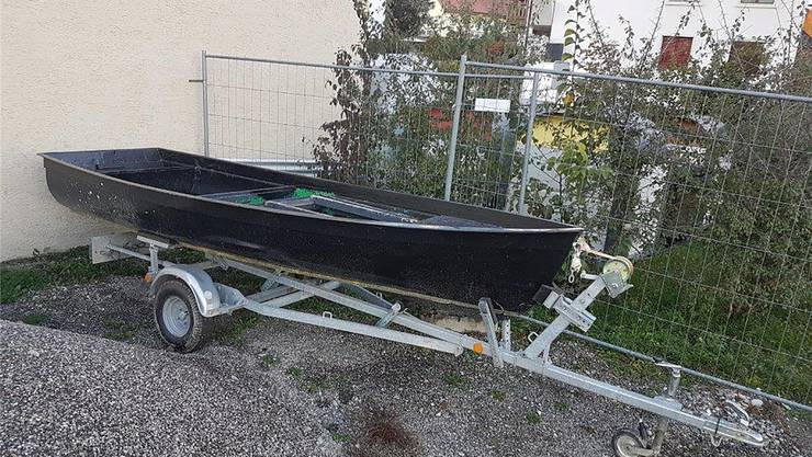 Dieses Ruderboot mit Trailer verkauft die Gemeinde Rottenschwil auf Ricardo.