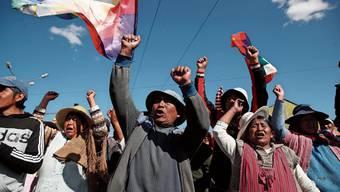 Unterstützer von Evo Morales blockieren eine Strasse in der Grossstadt El Alto.