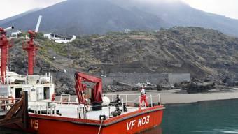 Ein Feuerwehrboot an der Anlegestelle von Ginostra auf Stromboli. Feuerwehrmannschaften und Canadair-Flugzeuge waren am Donnerstag mit Löscharbeiten nach dem heftigen Vulkanausbruch vom Mittwoch beschäftigt.