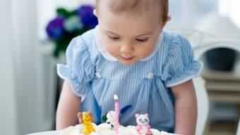 Prinzessin Estelle begutachtet ihre Geburtstagstorte (Bild: Kate Gabor/kungahuset.se)