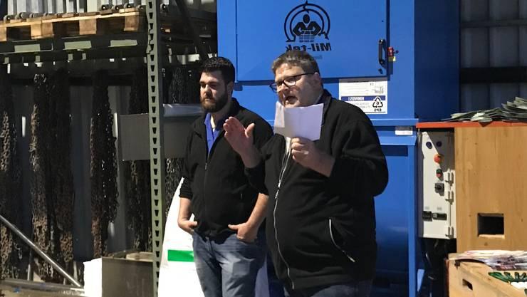 Peter Neuenschwander sen. und Peter Neuenschwander jun. erklären den Frauen den Recycling-Prozess.