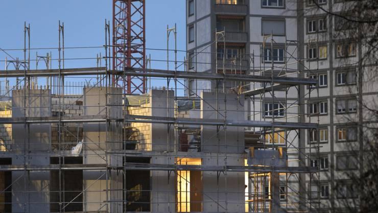Die Stadt Zürich will bei Abgaben auf Grundstücks-Mehrwerte den Maximalsatz anwenden. Im Bild eine Baustelle in Zürich. (Archivbild)